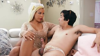 Cougar mom is keen to stick this young dong anent her greedy holes