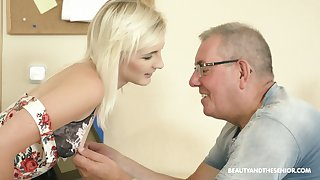 Auburn Czech hottie Tyna Gilded gets poked missionary by older plump pauper
