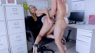 Big-assed bigwig Indian Summer shagged and creampied by endowed assistant